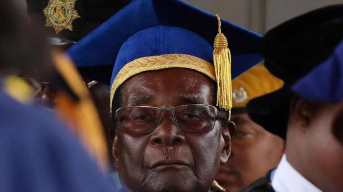 Tổng thống Robert Mugabe của Zimbabwe dự một lễ tốt nghiệp đại học ở thủ đô Harare, ngày 17/11 - Ảnh: Reuters.