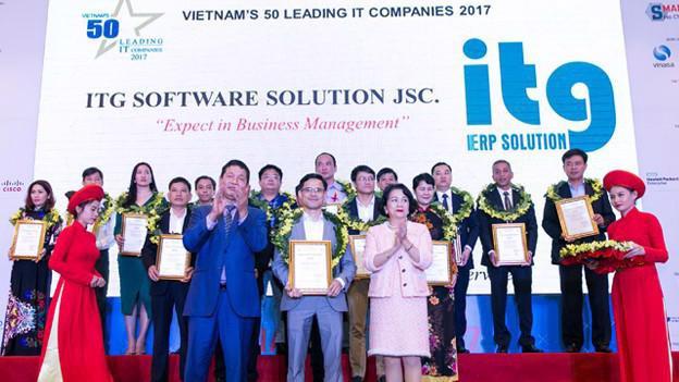 Ông Nguyễn Xuân Hách, Giám đốc Điều hành ITG nhận Giấy chứng nhận Top 50 doanh nghiệp công nghệ thông tin hàng đầu Việt Nam.