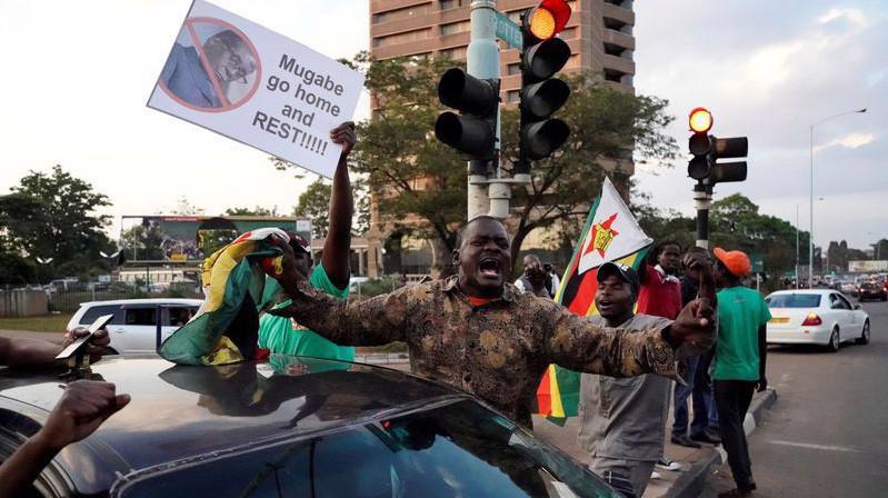 Người Zimbabwe ăn mừng Tổng thống Robert Mugabe từ chức ở Harare, ngày 21/11 - Ảnh: Getty/Bloomberg.
