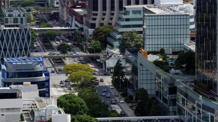 Xe cộ lưu thông trên một con đường ở Singapore - Ảnh: Reuters.