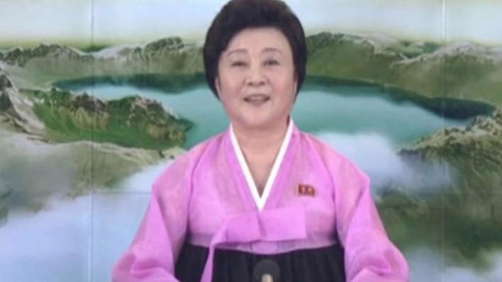Phát thanh viên đài truyền hình quốc gia Triều Tiên trong bản tin nói về vụ phóng thử tên lửa sáng 29/11 - Ảnh: Reuters/SCMP.