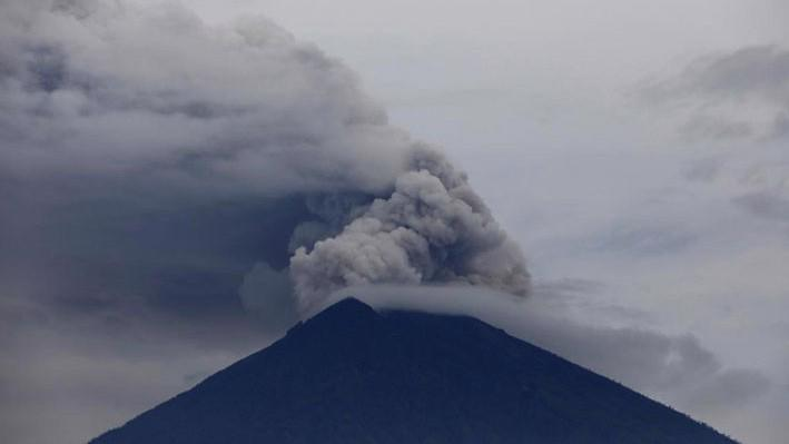 Núi lửa Agung tiếp tục phun trào trên đảo Bali ngày 29/11 - Ảnh: Reuters.