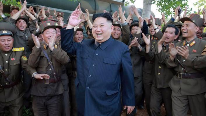 Nhà lãnh đạo Triều Tiên Kim Jong Un trong một chuyến đi thăm doanh trại quân đội. Ảnh do hãng thông tấn trung ương Triều Tiên KCNA công bố tháng 5/2017.