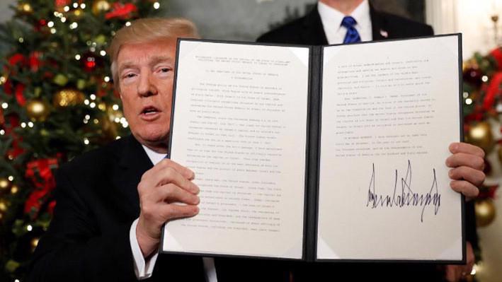 Tổng thống Mỹ Donald Trump ký sắc lệnh công nhận Jerusalem là thủ đô của Israel, ngày 6/12 - Ảnh: Reuters.