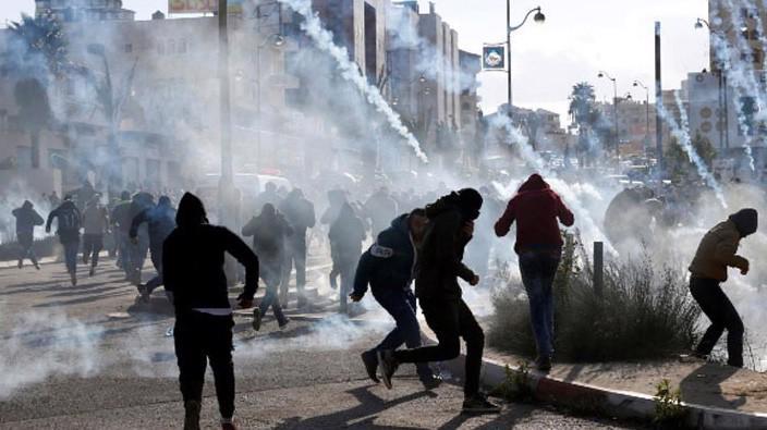 Đụng độ giữa người Palestine và binh sỹ Israel trên dải Gaza và Bờ Tây sông Jordan ngày 7/12 - Ảnh: Reuters.