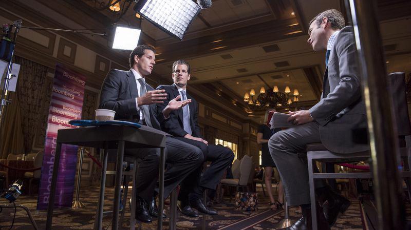 Cặp anh em sinh đôi Cameron và Tyler Winklevoss, những người được cho là tỷ phú Bitcoin đầu tiên, trong một cuộc trao đổi với Bloomberg - Ảnh: Bloomberg.