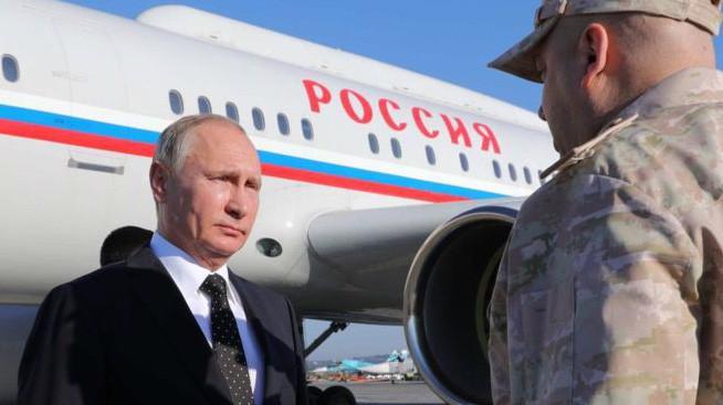 Tổng thống Nga Vladimir Putin tại căn cứ không quân Nga Hmeimim ở Syria ngày 11/12 - Ảnh: Getty/BBC.