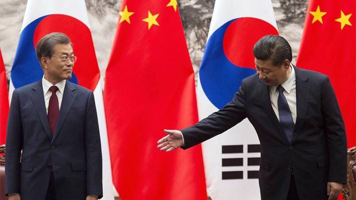 Chủ tịch Trung Quốc Tập Cận Bình (phải) và Tổng thống Hàn Quốc Moon Jae-in trong cuộc gặp tại Bắc Kinh ngày 14/12 - Ảnh: WSJ.