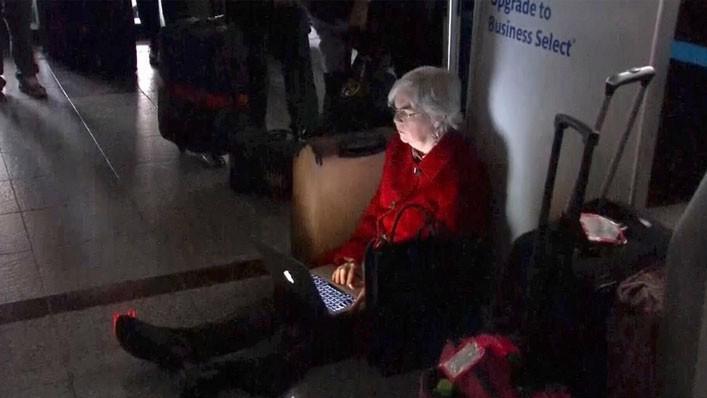Hành khách mắc kẹt tại sân bay Atlanta của Mỹ ngày 17/12 do sân bay mất điện - Ảnh: Reuters.