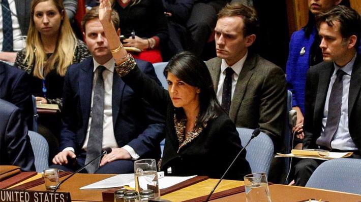 Đại sứ Mỹ tại Liên hiệp quốc Nikki Haley giơ tay phủ quyết dư thảo nghị quyết của Hội đồng Bảo an về Jerusalem ngày 18/12 - Ảnh: Reuters.