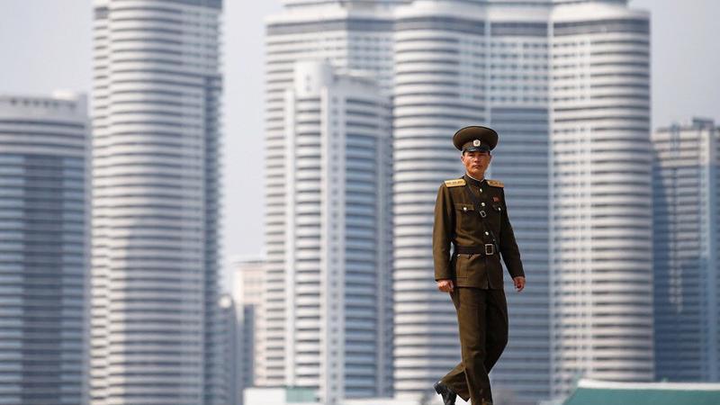 Một binh sỹ Triều Tiên đi qua một khu cao ốc ở thủ đô Bình Nhưỡng - Ảnh: Reuters.