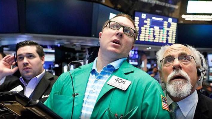 Các nhà giao dịch làm việc trên thị trường chứng khoán Phố Wall - Ảnh: Reuters.