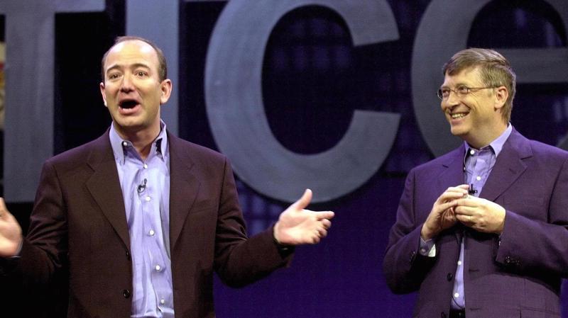 Nhà sáng lập Amazon, ông Jeff Bezos (trái), và nhà đồng sáng lập Microsoft, ông Bill Gates trong một lần cùng tham gia sự kiện - Ảnh: Getty/CNBC.