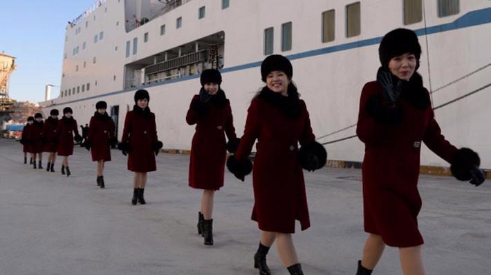 Các nữ nghệ sỹ thuộc đoàn văn công Triều Tiên bước xuống từ chuyến phà đi qua biên giới hai miền ngày 6/2 - Ảnh: Reuters.