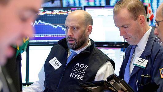 Các nhà giao dịch cổ phiếu làm việc ở Phố Wall - Ảnh: Reuters/CNBC.