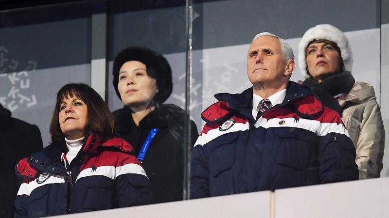 Bà Kim Yo Jong (thứ hai từ trái qua) và Phó tổng thống Mỹ Mike Pence (thứ hai từ phải qua) tại lễ khai mạc Thế vận hội mùa đông Pyeongchang, Hàn Quốc - Ảnh: Getty/Bloomberg.