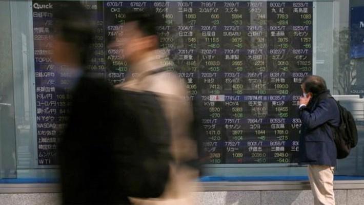 Giới đầu tư chứng khoán châu Á đang lo xảy ra chiến tranh thương mại - Ảnh: Reuters.