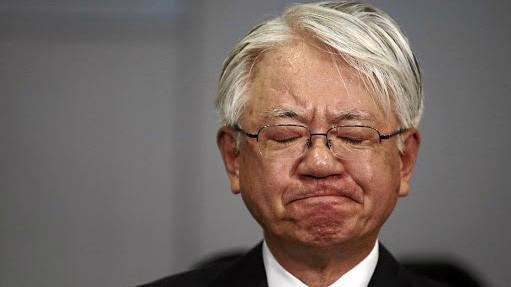 Ông Hiroya Kawasaki, CEO của Kobe Steel, trong một cuộc họp báo sau khi bê bối làm giả dữ liệu của hãng này bị phanh phui vào tháng 10/2017 - Ảnh: Reuters.