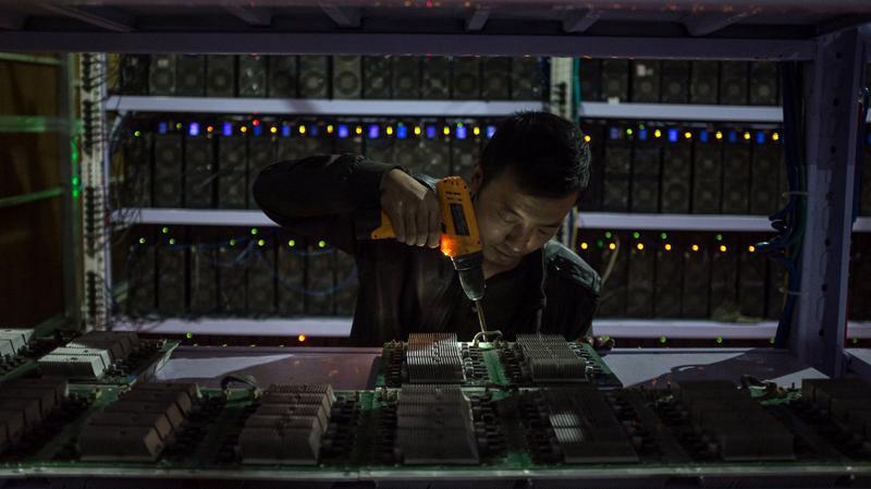 Công nhân làm việc trong một mỏ đào Bitcoin ở Trung Quốc - Ảnh: EPA.