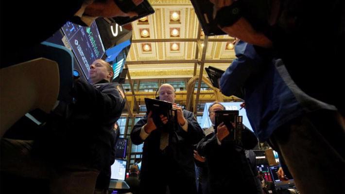 Các nhà giao dịch cổ phiếu trên sàn NYSE ở New York, Mỹ, hôm 14/3 - Ảnh: Reuters.