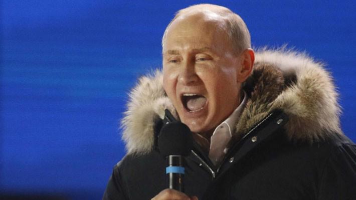 Tổng thống Nga Vladimir Putin phát biểu trước đám đông người ủng hộ ở Moscow sau khi giành chiến thắng trong cuộc bầu cử Tổng thống Nga ngày 18/3 - Ảnh: Reuters.