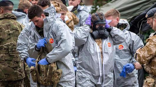 Các nhà điều tra Anh tại Salisbury hôm 11/3, khi thực hiện công tác điều tra vụ mưu sát cựu điệp viên người Nga Sergei Skripal - Ảnh: Getty/CNBC.