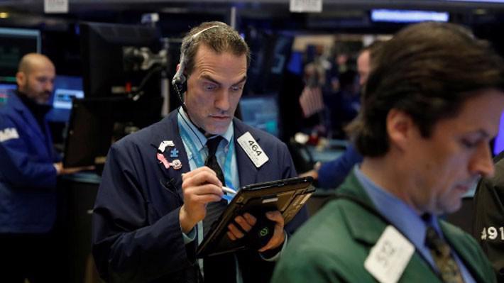 Các nhà giao dịch cổ phiếu trên sàn NYSE ở New York, Mỹ, ngày 21/3 - Ảnh: Reuters.