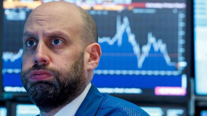 Phản ứng của một nhà giao dịch chứng khoán trên sàn NYSE ở New York trong phiên giao dịch ngày 22/3 - Ảnh: Reuters.