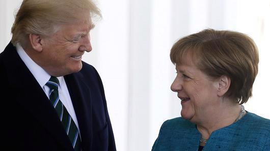 Tổng thống Mỹ Donald Trump (trái) và Thủ tướng Đức Angela Merkel trong cuộc gặp tại Nhà Trắng vào tháng 3/2017 - Ảnh: Reuters/CNBC.