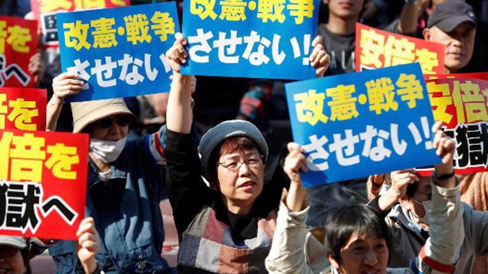 Vào cuối tuần, một cuộc biểu tình lớn đòi ông Abe từ chức cũng đã được tổ chức tại thủ đô Tokyo - Ảnh: Reuters.
