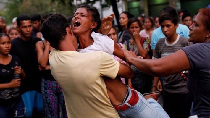 Người thân của các phạm nhân phản ứng sau vụ cháy nhà tù ở Valencia, Venezuela ngày 28/4 - Ảnh: Reuters/BBC.
