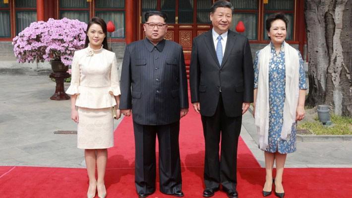Từ trái qua: đệ nhất phu nhân Triều Tiên Ri Sol Ju, nhà lãnh đạo Triều Tiên Kim Jong Un, Chủ tịch Trung Quốc Tập Cận Bình, và đệ nhất phu nhân Trung Quốc Bành Lệ Viên - Ảnh: KCNA/Reuters.