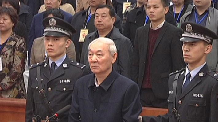 Zhang Zhongsheng (giữa) trong phiên tòa xét xử ngày 28/3 - Ảnh: Weibo/SCMP.