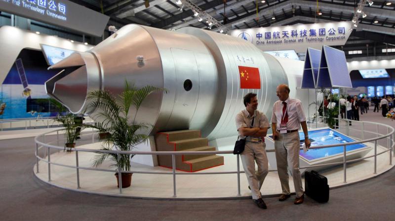 Một mô hình của vệ tinh Thiên Cung 1 ở Chu Hải, Trung Quốc, tháng 11/2010 - Ảnh: AP/Bloomberg.