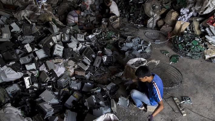 Rác điện tử trong một cơ sở ở Quảng Đông, Trung Quốc, tháng 6/2015 - Ảnh: Reuters/SCMP.