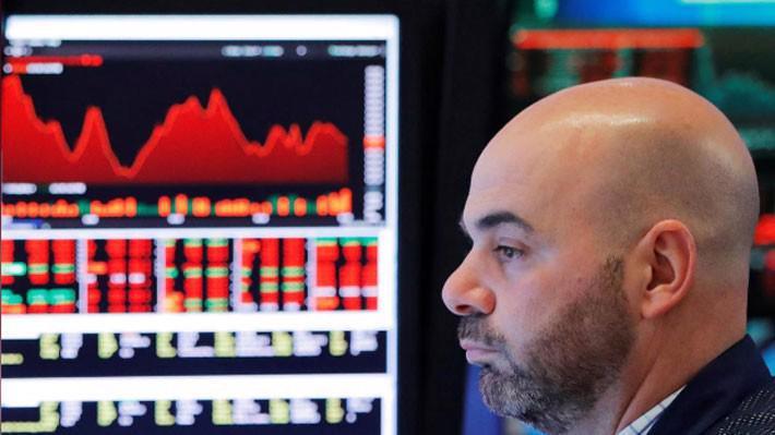 Một nhà giao dịch chứng khoán trên sàn NYSE ở New York, Mỹ ngày 6/4 - Ảnh: Reuters.