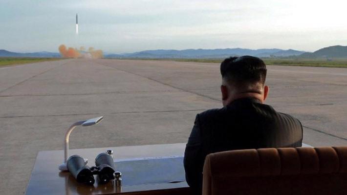 Nhà lãnh đạo Triều Tiên Kim Jong Un thị sát một vụ phóng tên lửa. Ảnh do hãng thông tấn trung ương Triều Tiên KCNA công bố tháng 9/2017 - Ảnh: KCNA/Reuters.