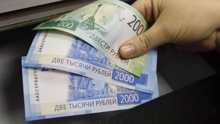 Đồng Rúp Nga đang chịu sức ép giảm giá từ lệnh trừng phạt mới của Mỹ - Ảnh: Reuters.