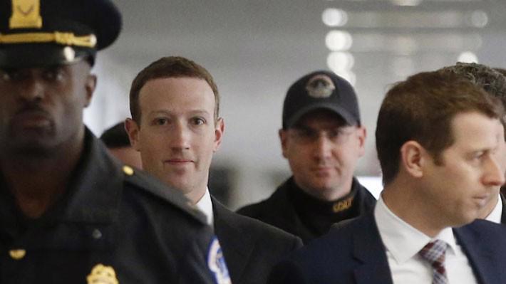 CEO Mark Zuckerberg của Facebook (thứ hai từ trái sang) tại Đồi Capitol ngày 9/4 - Ảnh: Reuters.