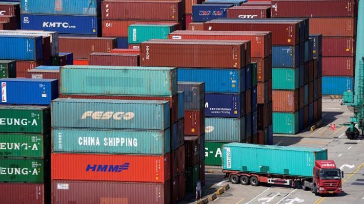 Những container hàng hóa tại cảng biển ở Thượng Hải, Trung Quốc - Ảnh: Reuters.
