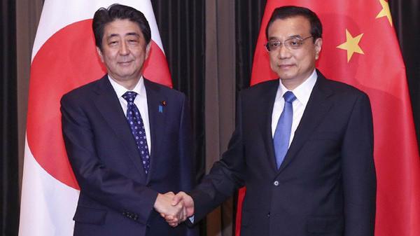 Thủ tướng Nhật Bản Shinzo Abe (trái) và Thủ tướng Trung Quốc Lý Khắc Cường trong một cuộc gặp ở Malaysia vào năm 2015 - Ảnh: Tân Hoa Xã.