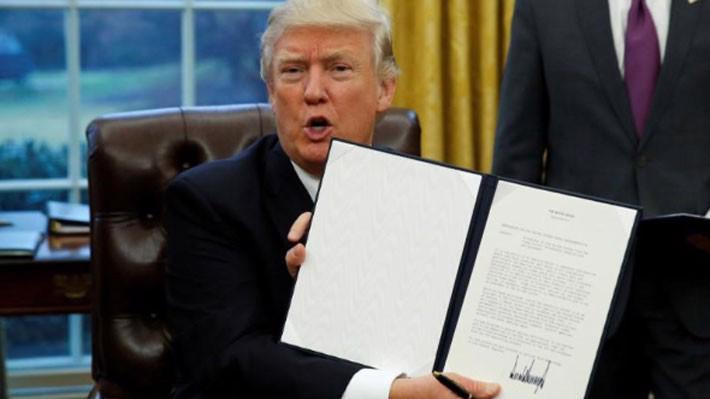 Tổng thống Mỹ Donald Trump ký sắc lệnh rút Mỹ khỏi TPP hôm 23/1/2017 tại Nhà Trắng - Ảnh: Reuters.