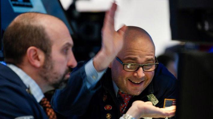 Các nhà giao dịch cổ phiếu trên sàn NYSE ở New York, Mỹ ngày 16/4 - Ảnh: Reuters.