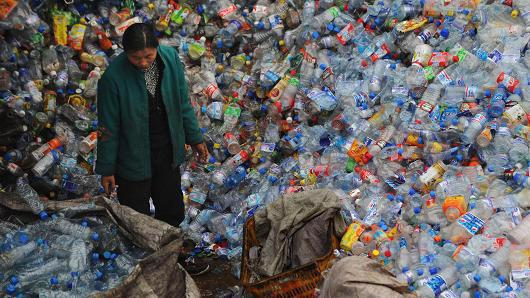 Kho phế liệu trong một nhà máy tái chế nhựa ở Vũ Hán, Trung Quốc - Ảnh: Getty/CNBC.