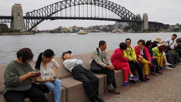 Du khách Trung Quốc thăm cầu cảng Sydney hôm 18/4 - Ảnh: Reuters.
