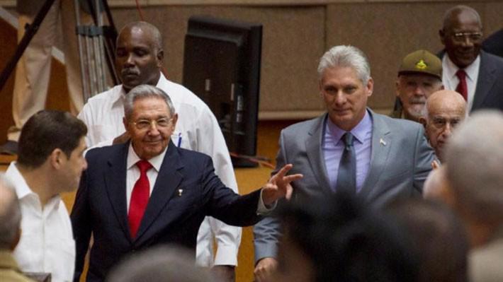 Ông Raul Castro (giữa, trái) và ông Miguel Diaz-Canel (giữa, phải) tại một phiên họp của Quốc hội Cuba ở Havana hôm 18/8 - Ảnh: Reuters.