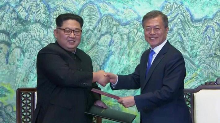 Nhà lãnh đạo Triều Tiên Kim Jong Un (trái) và Tổng thống Hàn Quốc Moon Jae-in trong cuộc gặp thượng đỉnh ngày 27/4 - Ảnh: Reuters.