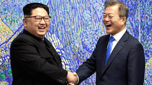 Nhà lãnh đạo Triều Tiên Kim Jong Un (trái) và Tổng thống Hàn Quốc Moon Jae-in trong cuộc gặp ở Bàn Môn Điếm hôm 27/4 - Ảnh: Reuters.