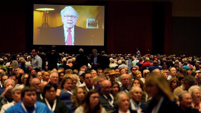 Một màn hình phát trực tiếp bài phát biểu của Warren Buffett tại đại hội cổ đông thường niên 2018 của tập đoàn Berkshire Hathaway ở Ohama, Nebraska, Mỹ, hôm 5/5 - Ảnh: Reuters.