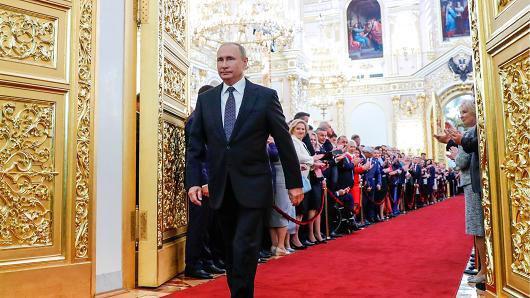 Tổng thống Nga Vladimir Putin bước vào hội trường diễn ra lễ nhậm chức ngày 7/5 - Ảnh: Tass/Reuters.